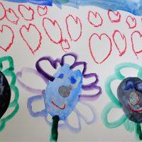 Les 3 fleurs sont de nouveau tristes et la petite fille les soignent avec des paillettes et elles retrouvent le sourire.
